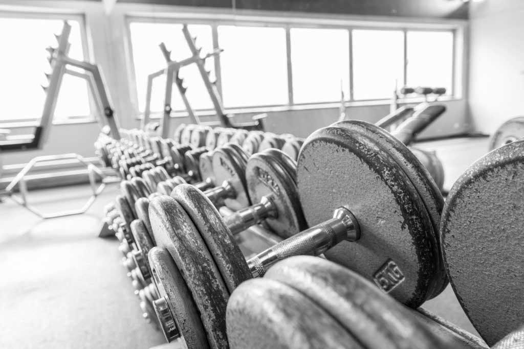 Kurzhantel Gewichte Training in einem extra Raum im Fitnessstudio!